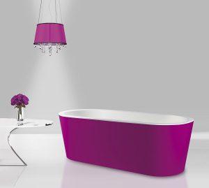 Eine freistehende Badewanne in auffälliger Farbe ist der Star des Badezimmers, wenn sie vom Badplaner gekonnt in dem Raum platziert wird. Foto: Mauersberger